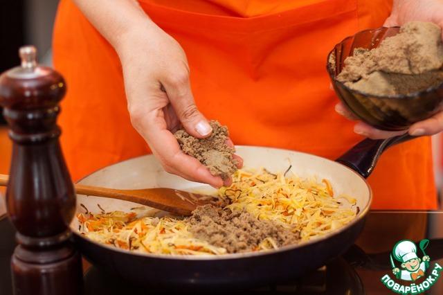 Если у вас сырой фарш, то его надо добавить к луку и моркови, перед капустой, и обжарить до полуготовности.    У меня осталось немного готового печеночного фарша после приготовления пирожков, поэтому я добавила его.