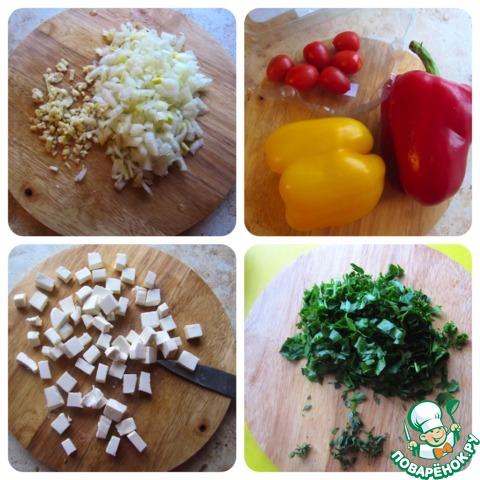 Подготавливаем ингредиенты: чеснок измельчить, лук нарезать кубиком, помидорки черри разрезать на половинки, если очень мелкие - оставить целыми, болгарский перец и сыр фету нарезать кубиками. Зелень покрошить произвольно мелко.