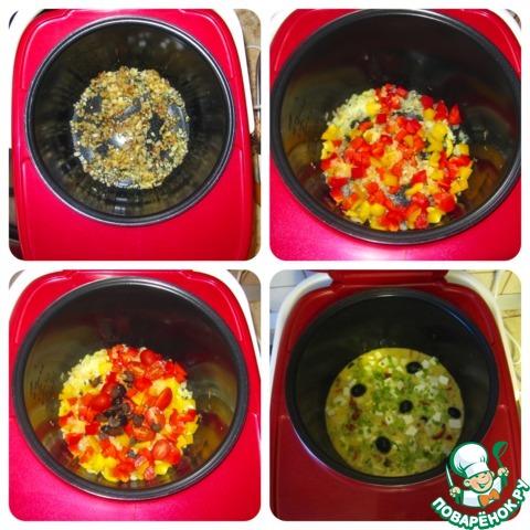 """Налить масло в чашу мультиварки, включить режим """"Поджаривание"""", разогреть масло, затем положить туда измельченные лук и чеснок. Обжаривать в течение 5 минут, постоянно помешивая.     Затем добавить помидоры, оливки и перец, после чего обжаривать еще около 5 минут. Помидоры должны слегка размягчиться.     Затем включить режим """"Выпечка"""" на 20 минут,     выложить сыр, распределив равномерно по всей поверхности, залить подготовленные овощи яично-молочной смесью.     После окончания программы открыть мультиварку, дать немного остыть запеканке, переложить на блюдо, посыпать горячую запеканку тертым сыром."""
