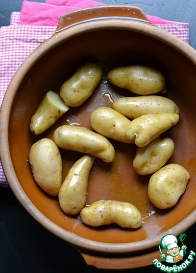 Духовку нагреть до 200 град.       Нам нужен мелкий картофель. его хорошо помыть и НЕ чистить. Добавить оливковое масло.