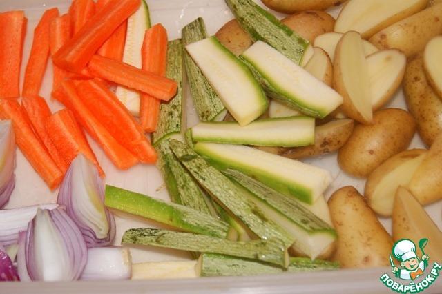 Овощи - у меня: 1 морковь, 1 кабачок, несколько картошек и 1,5 небольшие красные луковицы - нарезать, полить оливковым маслом, посолить и поперчить.