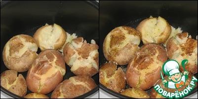 Чашу мультиварке смазать маслом. Выложить картофель, слегка сплющить его, посыпать по вкусу крупной морской солью и сбрызнуть оливковым маслом.