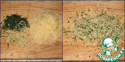 Пока картофель запекается, натереть пармезан на мелкой терке, измельчить чеснок и мелко нарезать зелень (у меня укроп). Перемешать.