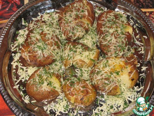 Готовый картофель очень аккуратно перемешать с сыром и зеленью. Можно просто присыпать сверху.