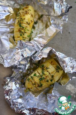 Картофель почистить, обсушить и сделать глубокие надрезы, при этом не разрезая насквозь.   Переложить каждый клубень на отдельный кусок фольги и полить заправкой, стараясь, чтобы она попала в разрезы. Сверху присыпать цедрой лимона и свежим тимьяном.