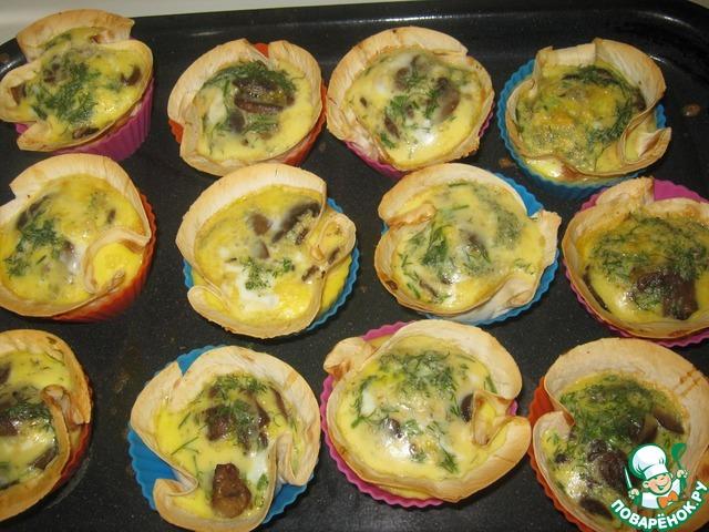 Вылить молочно-яичную смесь на грибы, добавить укроп, выпекать в духовке при t=200 Cдо готовности.