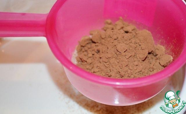 Просеять какао. Растереть какао в молоке, чтобы не было комочков.