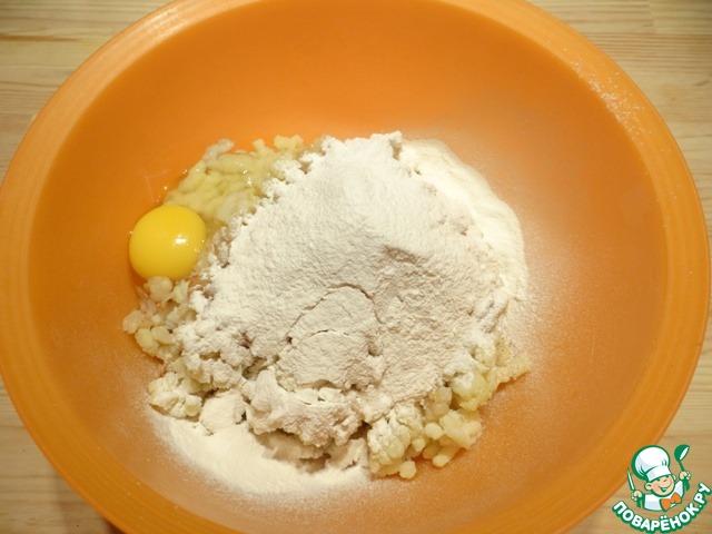 Муку просеиваю и тоже добавляю к картофелю.