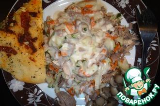 Теплый салат из тетеревиных грудок с соусом