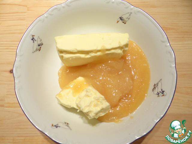 Этот пирог я с легкостью приготовила в замечательной мультиварке Vitek VT-4205 ВК. Получается довольно большой пирог, поэтому можно уменьшить количество ингредиентов, если Вы хотите испечь небольшой пирог. В миску наливаю мед, добавляю сливочное масло.