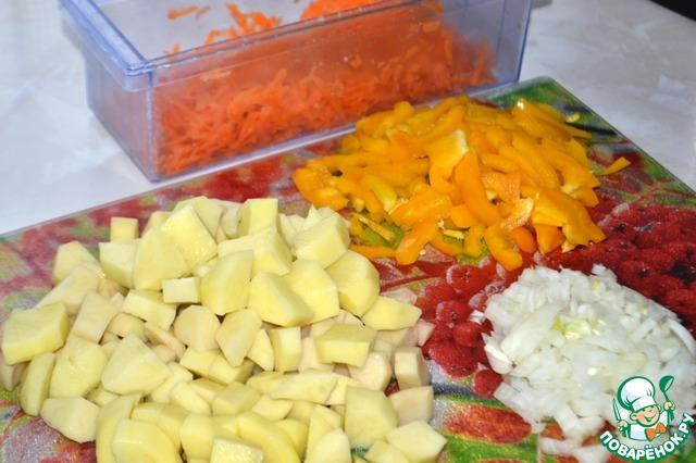Морковь натрем на крупной терке, перец нарежем небольшой соломкой, лук - кубиками, картофель - крупными кубиками.