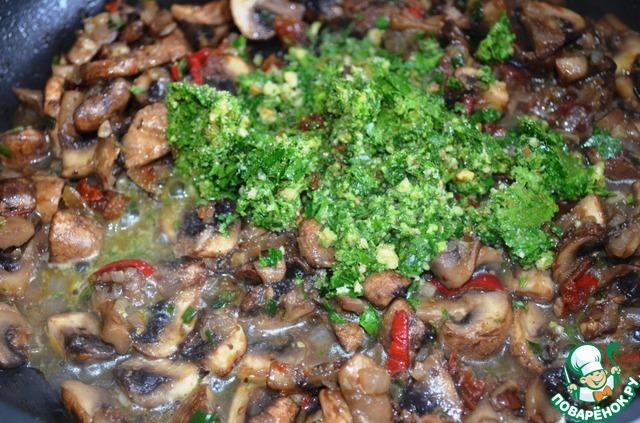 Петрушку и грецкий орех помельчить кухонным комбаином или блендером. Добавить к грибам, орехово-петрушковую смесь, остаток оливкового масла, соль, немного водички!   Потушить всё вместе пару минут и превратить в песто, с помощью блендера.