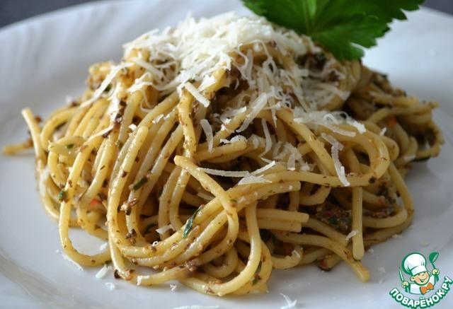 Отварить спагетти или макароны (альденте), смешать хорошо с готовым песто из шампиньонов.    Каждую порцию, посыпать тёртым пармезаном!