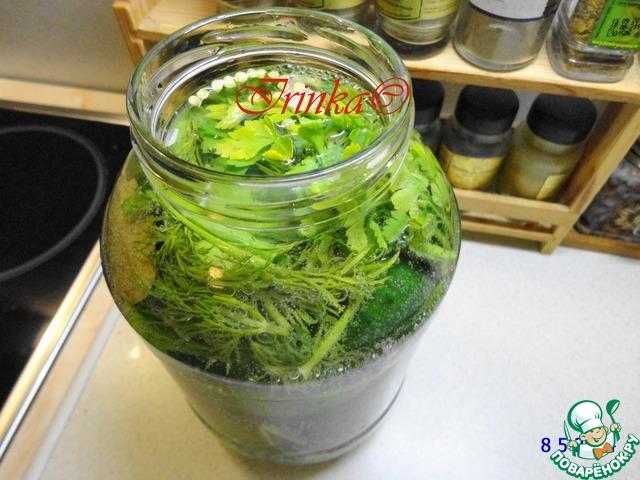 Огурцы хорошо моем, замачиваем в холодной очищенной воде на пару часов.   На дно двухлитровой банки кладем половину зелени и измельченного чеснока, острый перец, затем укладываем огурчики.    На верх кладем остальную зелень, чеснок, лаврушку, всыпаем соль.        Заливаем в несколько приемов минералку. Вода должна покрывать огурцы полностью.    Закрываем банку крышкой и оставляем при комнатной температуре часа на четыре.    Затем убираем в холодильник.