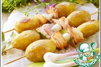 Молодой картофель на шпажках с салом и чесноком