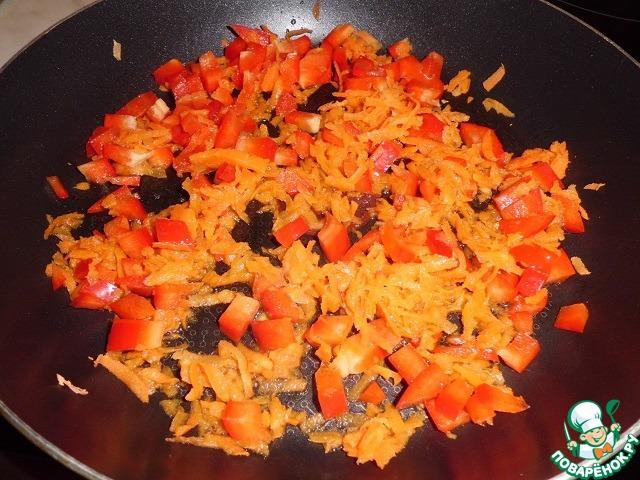 Перец отправляем к моркови и продолжаем томить на маленьком огне (под крышкой) около 5 минут...