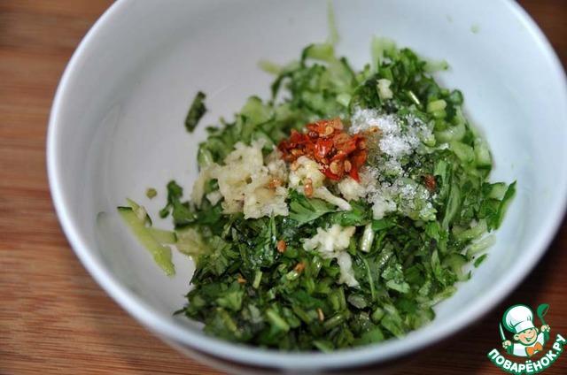 К огурцам добавляем рисовый уксус, сахар и чили-масло.