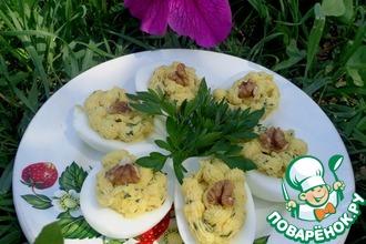 Фаршированные яйца с сырным кремом, зеленью и грецкими орехами