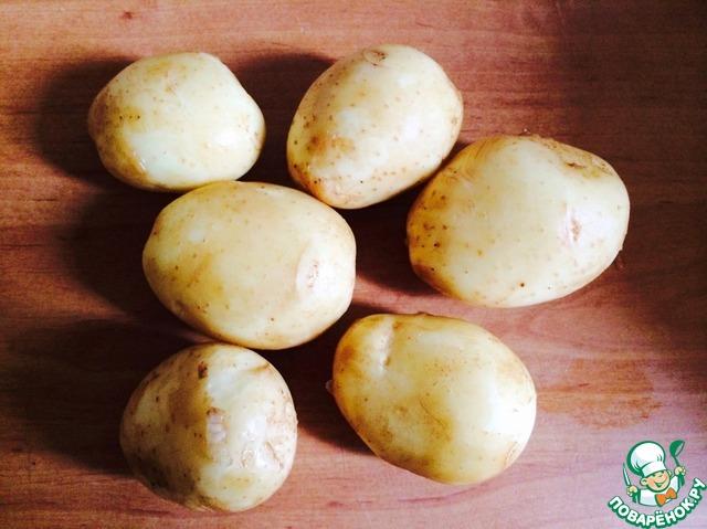 """Я брала молодой картофель, поэтому шкурочку не срезала, а просто хорошенько промыла щеточкой. Если же у вас картофель """"старый"""" - почистите его. Разрезать на части не нужно. Затем залить водой и проварить на сильном огне после закипания 7-8 минут."""