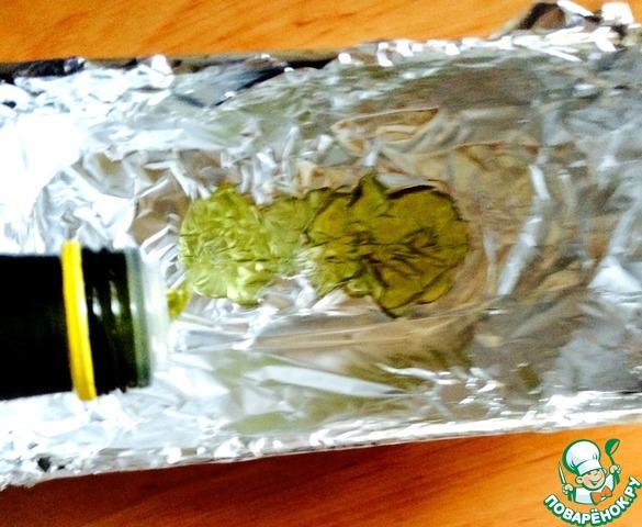 В форму (я фольгой застелила) влить 2 столовые ложки оливкового масла (при желании можно на сливочное заменить), немного обвалять в нем картофель.