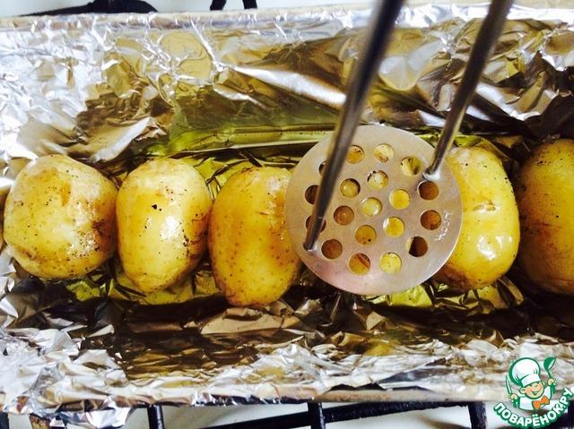 Через 30 минут достать картофель. Интересный момент: взять толкушку для пюре и слегка надавить на каждую картофелину, чтобы она немного размялась. Затем залить ароматной смесью и снова отправить в духовку на 20-25 минут.