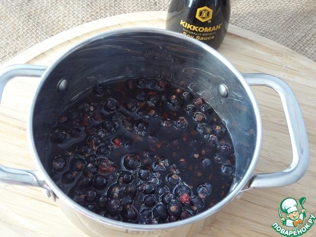 Смородину залейте красным вином и поставьте на огонь. Уварите на среднем огне до уменьшения объёма вдвое.