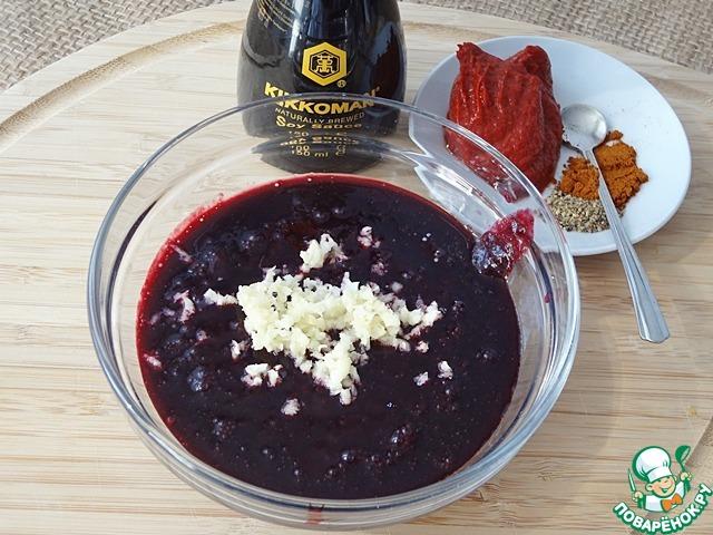 Добавьте раздавленный чеснок, перцы, томатную пасту.