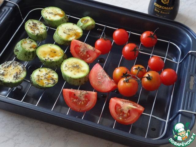 К слову, овощи я люблю перед запеканием обмакнуть в смесь растительного масла, травок и соевого соуса Kikkoman.