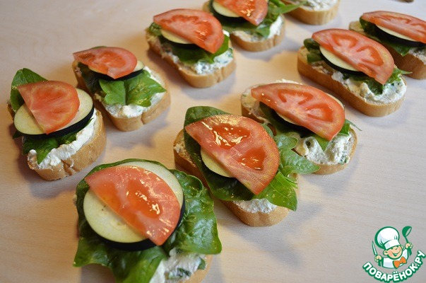 Выложить нарезанный помидор