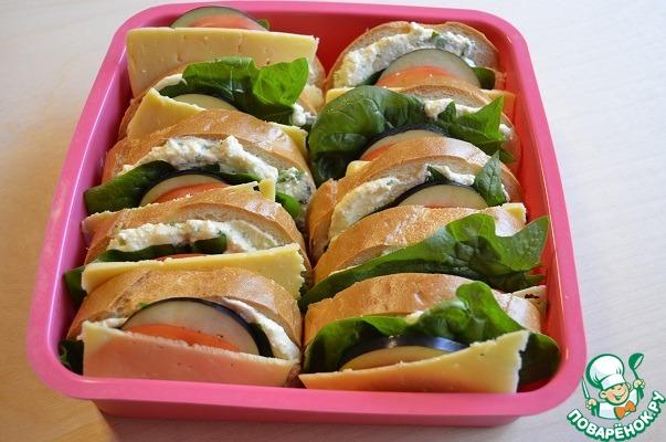 Бутерброды поместить в форму для запекания