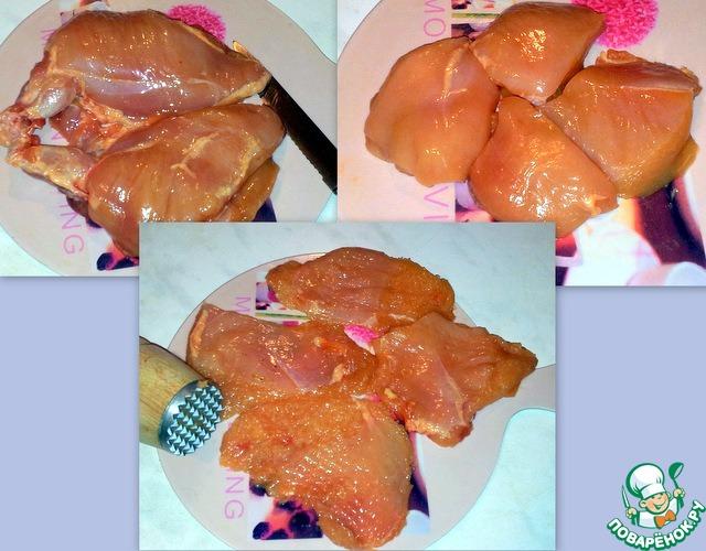 Мясо отделить от костей, разрезать на стейки и отбить.