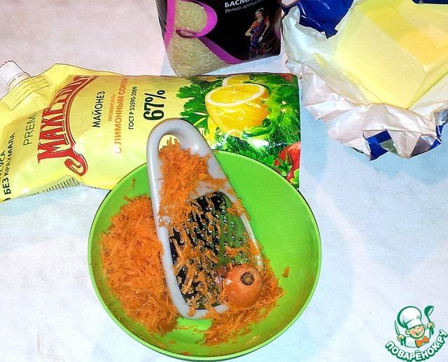 Рис хорошо промыть, залить водой и посолить.