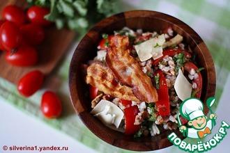 Салат из гречневой крупы с помидорами и беконом
