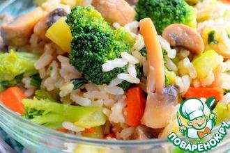 Теплый салат из бурого риса с овощами
