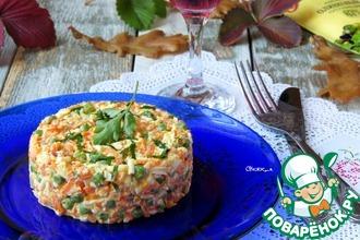 Салат из моркови, зелёного горошка с яйцом