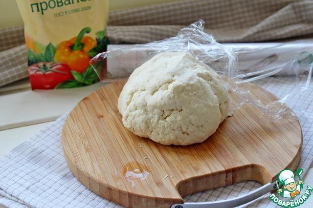Получается мягкое эластичное тесто. Завернуть его в пленку и убрать в холодильник на 30 мин.