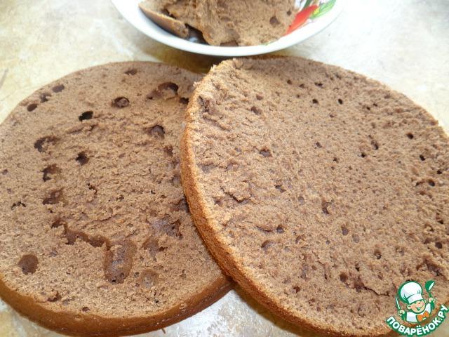 Готовый бисквит остудить, вынуть из формы, разрезать на 2 части (у меня немного выпекся куполообразно, поэтому верх тоже выровнять, но крошку оставить); Бисквит на кефире не требует пропитки;