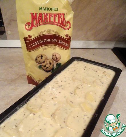 Залить картофель так, чтобы заливка закрыла весь верхний слой. И запекать 1 час при температуре 180 градусов. Нарезаем готовый гратен на порции и подаем с малосольной селедочкой. Вкуснотища!