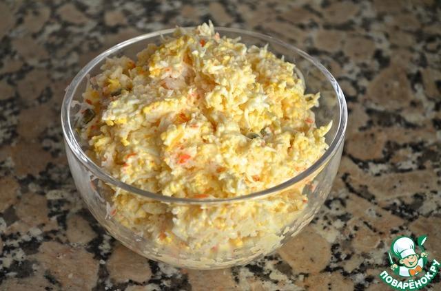 2. Выложить в миску, добавить каперсы, лимонный сок, соль и перец по вкусу.