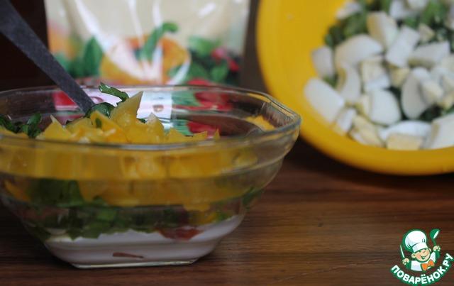 К отваренной фасоли добавить нарезанные крупно яйца, можно слегка поперчить и посолить.   Приготовим заправку: для этого смешать майонез, кетчуп, уксус, мелко нарезанные лук, петрушку и сладкий перец. Приправить молотым перцем и все тщательно перемешать. Попробуйте, можете отрегулировать на свой вкус (главное все не съесть дегустируя)))