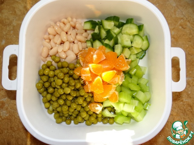 Фасоль и горошек по отдельности откинуть на сито или дуршлаг, слить лишнюю жидкость;   Добавить не мелко резанный огурец, сельдерей и мандарин;
