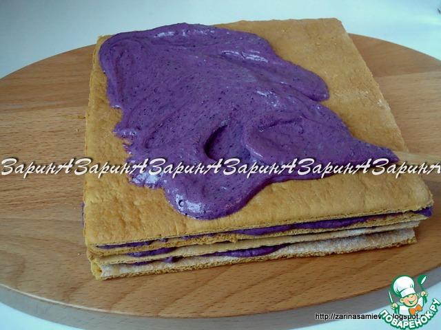 Сборка торта: коржи промазать кремом, складывая, поочередно друг на друга, без явного давления.