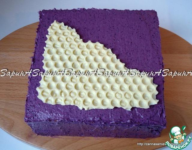 Бока и верх торта так же обмазать кремом. На поверхность торта положить декор из шоколада в виде сот.
