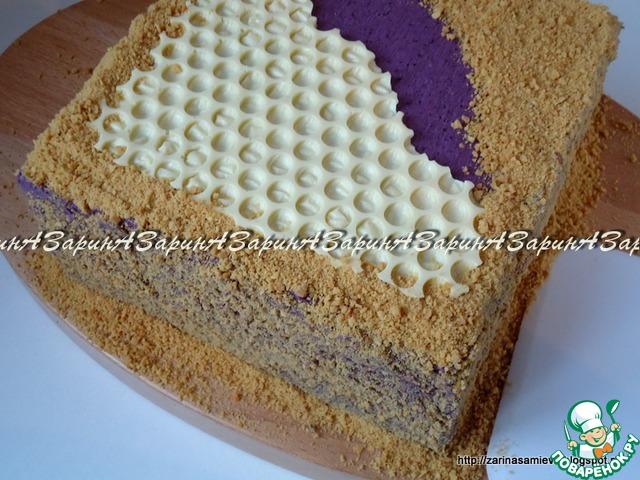 Остальную поверхность и бока торта обсыпать крошкой. Дать торту пропитаться в течение 8 часов.