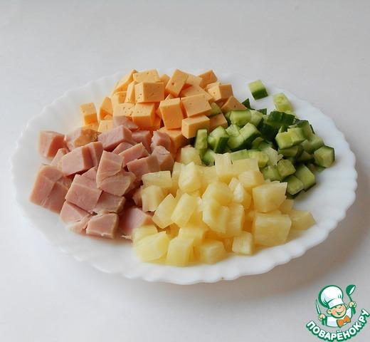 В этом салате мне нравится нарезка кубиком. Ведь мы, девочки, едим салатики не торопясь, накалывая вилочкой кусочки))) Правда?