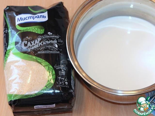 В сотейнике смешиваем молоко, половину сахара, семена ванили и сам стручок. Подогреваем молоко почти до момента кипения.