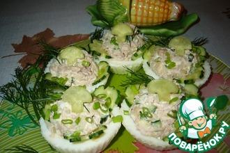 Салат с тунцом в яичных тарталетках