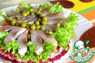 Слоеный салат с сельдью, овощами и рисом