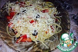 Спагетти с помидорами и маслинами