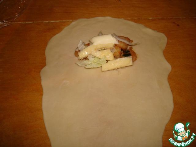 Тонко раскатать тесто, затем вытянуть руками до нужного размера и ещё подкатать. Тесто невероятно удобное в работе - мне не потребовалось ни грамма муки для раскатки, так как оно совершенно не прилипало и очень легко растягивалось руками!   Выложить креветки, капусту, омлет, майонез.